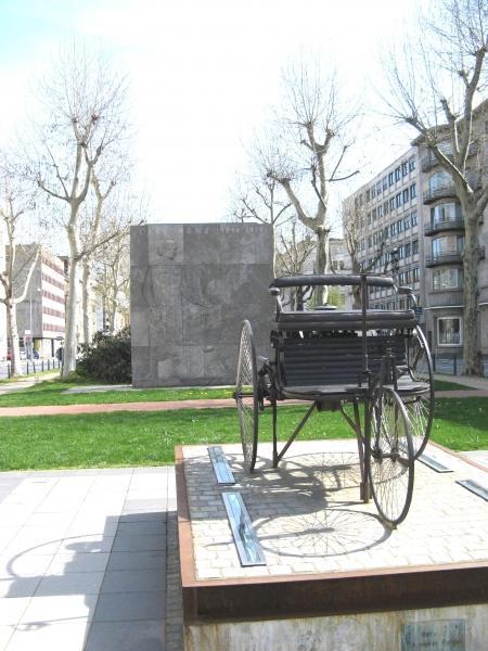 Benzdenkmal in Mannheim mit Patent-Motorwagen