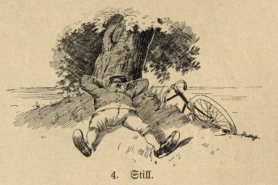 Ein Radfahrer liegt still im Gras.