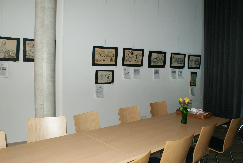 Großformatige Bilder an der linken Wand